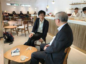 テーブルをはさんで村井先生と齋藤先生