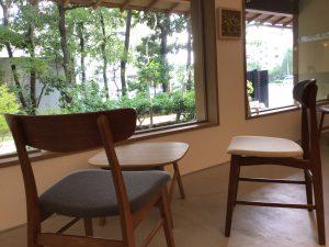 創業 1803 年の老舗「京菓匠鶴屋吉信」プロディ―スの茶房、tsubara café の店内